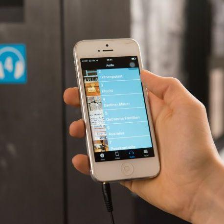 Smartphone mit dem AudioGuide des Tränenpalasts