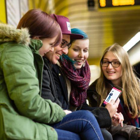Jugendliche mit einem Smartphone in der U-Bahn-Station Museumsmeile