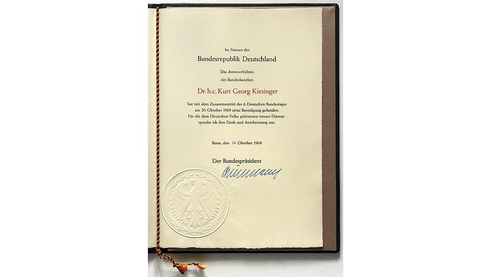 Entlassungsurkunde aus dem Amt des Bundeskanzlers für Kurt Georg Kiesinger. Unterschrieben wurde die Urkunde am 20. Oktober 1969 vom Bundespräsidenten Gustav Heinemann.