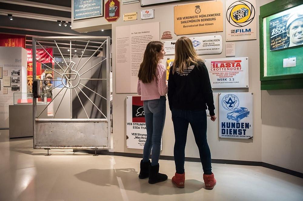 Zwei Mädchen betrachten Schilder in der Dauerausstellung in Berlin
