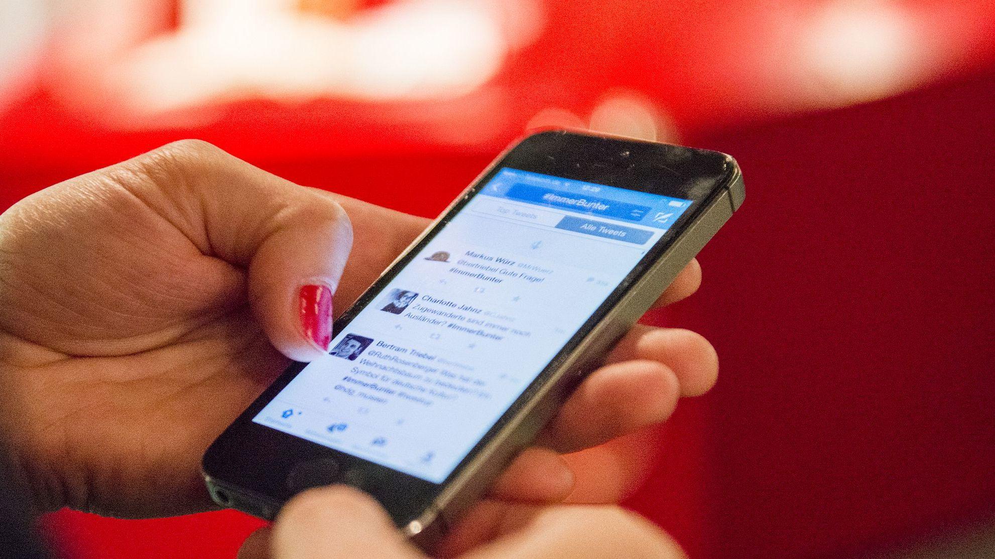 Detailaufnahme Smartphone mit Twitter-Stream