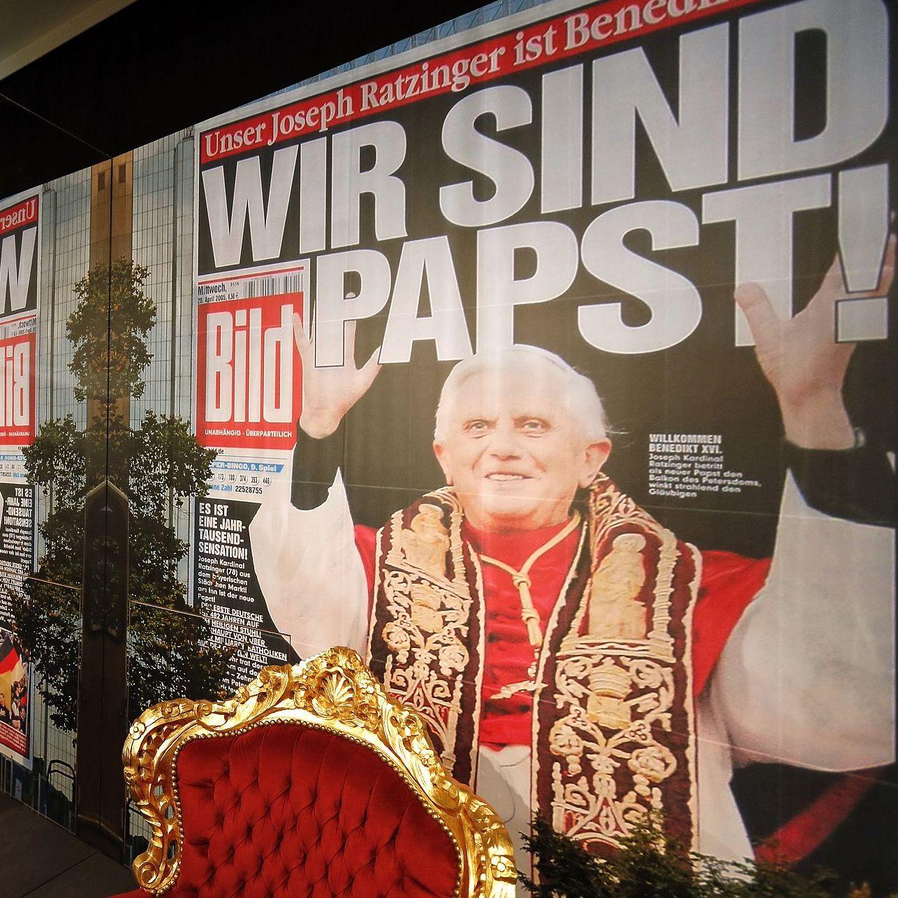 """Papststuhl in der Ausstellung 'Deutsche Mythen seit 1945"""" ZFL Leipzig"""