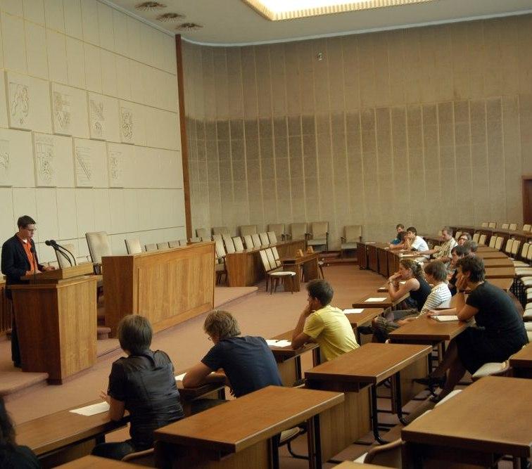 Eine Gruppe Jugendlicher sitzt im Bundesrat in Bonn