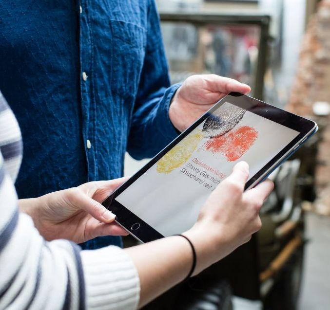 Tablet mit der App 'Unsere Geschichte'