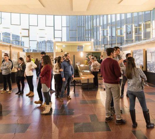Besucher in der Dauerausstellung im Tränenpalast