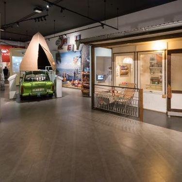 Trabi und Datsche in der Dauerausstellung in Berlin