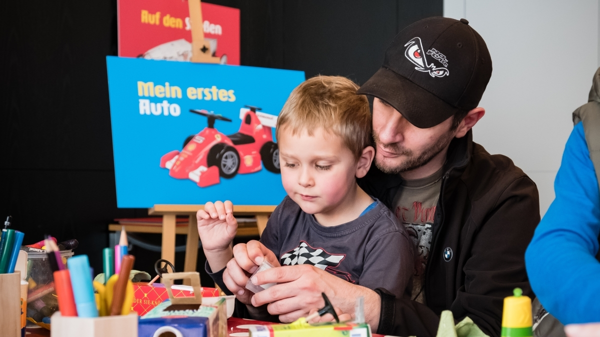 Father and son building a handicraft car in our open studio at Haus der Geschichte.