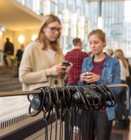 Besucher mit Kopfhörern im Tränenpalast