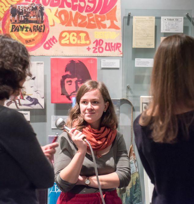 Besucher im Bereich 'Musikkultur' in der Dauerausstellung