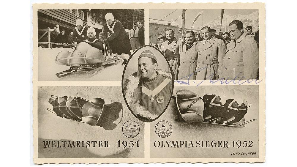 """Schwarz-Weiß-Postkarte mit fünf Bildern. Oben links: Anschieben eines Viererbobs. Oben rechts: Mannschaft des Viererbobs in Trenchcoats. Unten links: Viererbob in der Steilkurve. Unten rechts Viererbob mit Aufschrift """"Deutschland I"""" in der Steilkurve. Im Zentrum ovales Bild von Anderl Ostler mit Siegerkranz."""