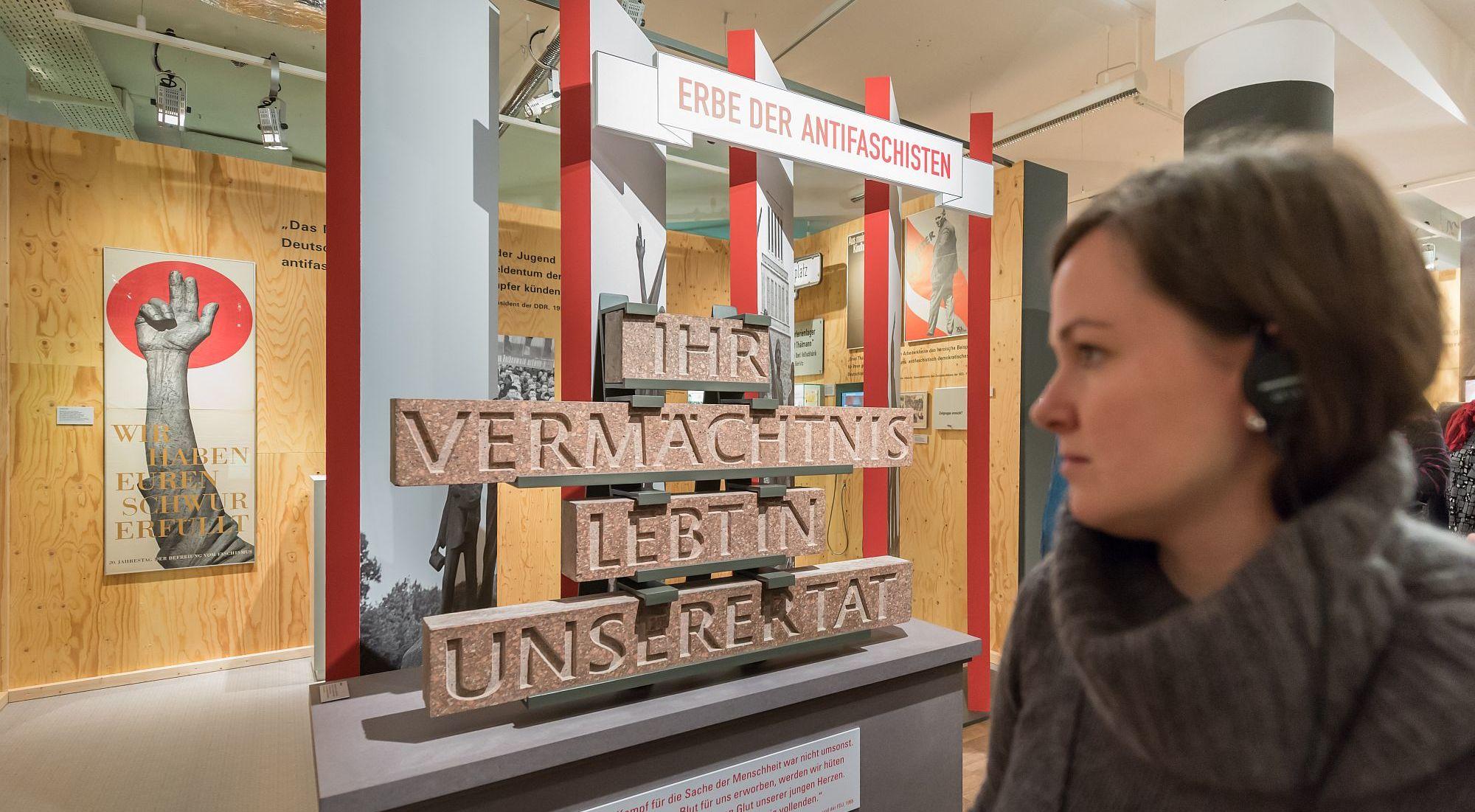 Besucherin in der Ausstellung 'Deutsche Mythen seit 1945' im Zeitgeschichtlichen Forum Leipzig