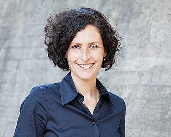 Porträtfoto der Moderatorin Doreen Reinhard