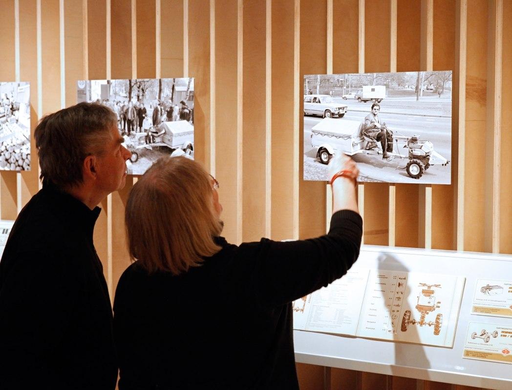 Besucher schauen sich ein Foto an.