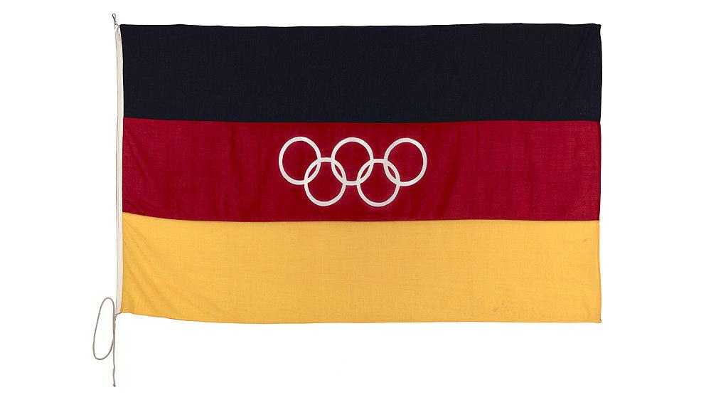 Schwarz-rot-goldene Fahne, im Zentrum die Olympischen Ringe.