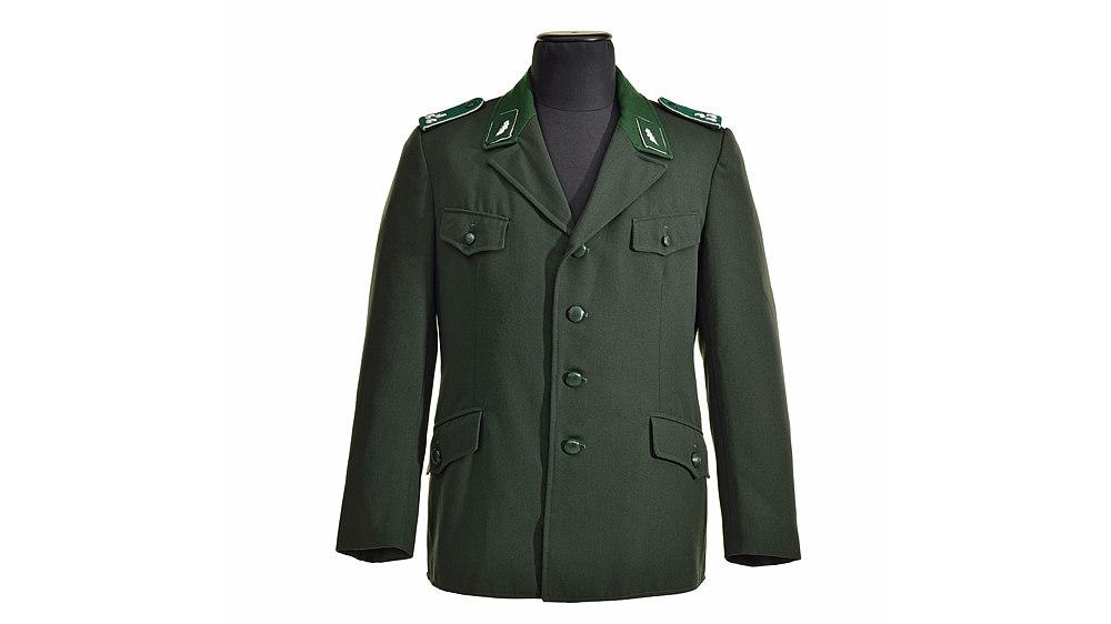 Grün, mit vier Knöpfen, vier Taschen und zwei Kragenspiegeln (grün mit je einem silberfarbenen Eichenblatt) vorne. Mit Schulterklappen: grün mit jeweils drei silberfarbenen Eicheln.