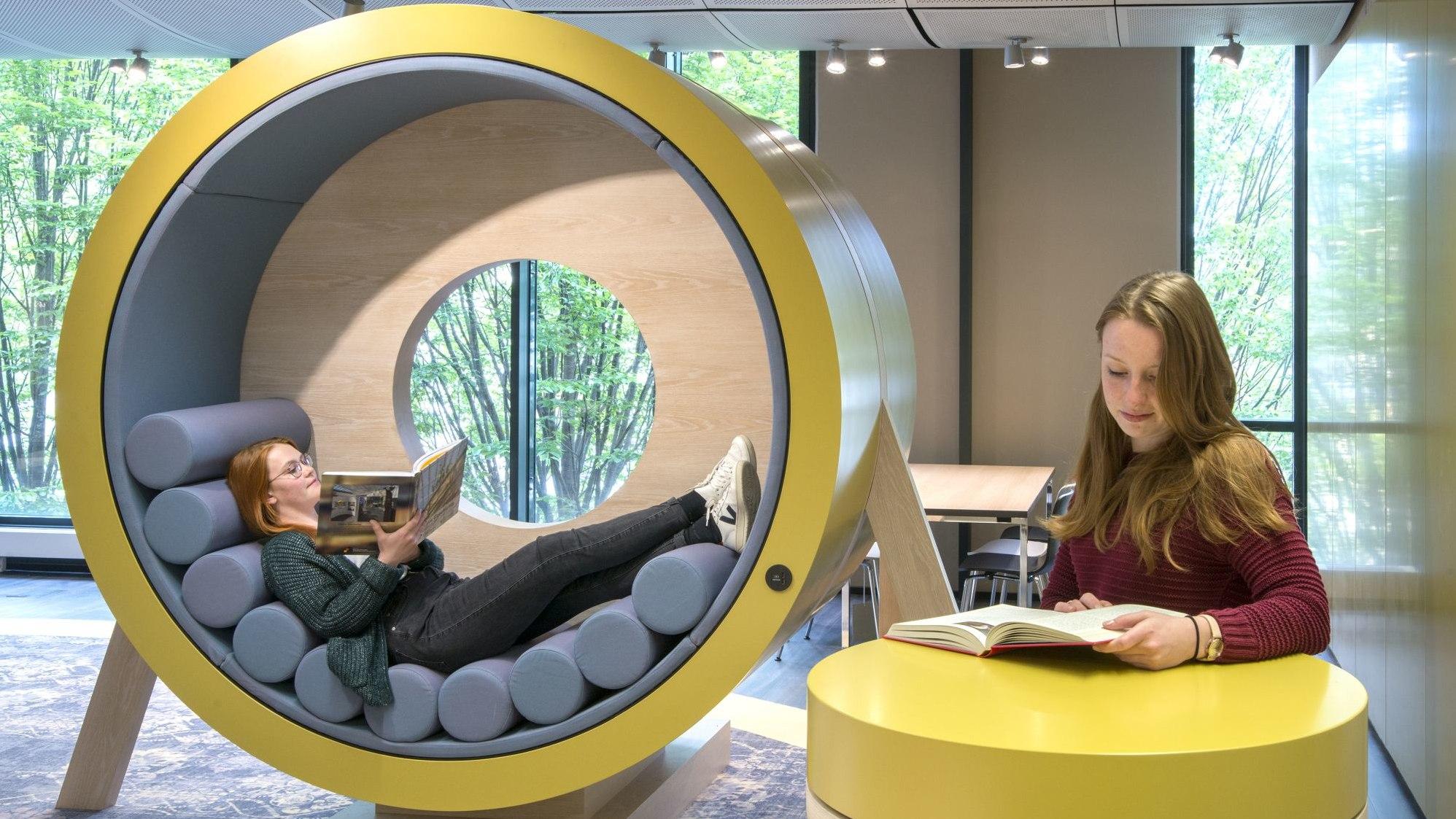 Besucherinnen sitzen in der Lounge und lesen