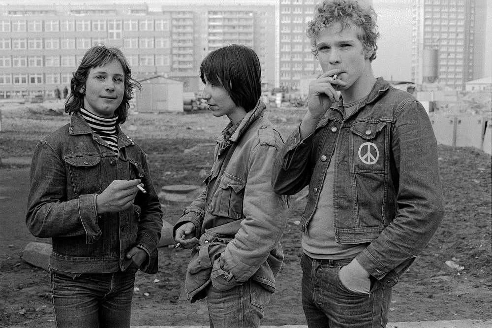 Fotografie 'Jugendliche vor Plattenbau'