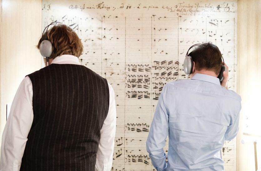 Besucher mit Kopfhörer in der Ausstellung