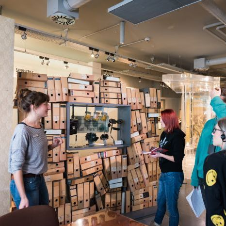 Eine Besucherbegleiterin führt ihre Gruppe durch die Dauerausstellung