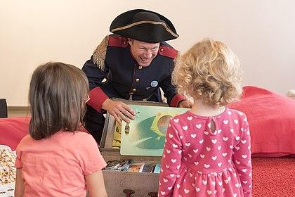 Käpt'n Book mit Kindern, (c) Jennifer Zumbusch, Stiftung Haus der Geschichte der Bundesrepublik Deutschland