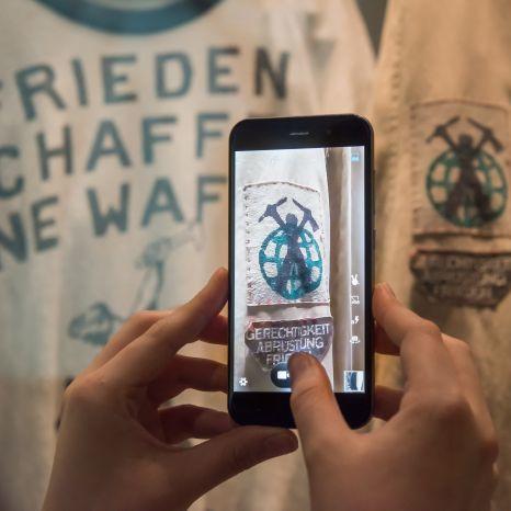 Ein Besucher macht ein Foto in der Dauerausstellung