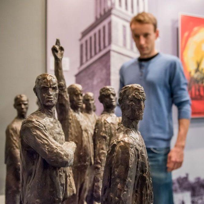 Ein Junge betrachtet den Entwurf für das Mahnmahl in Buchenwald.