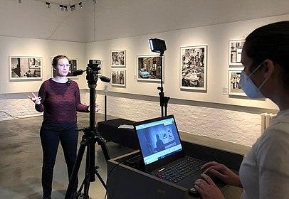 Eine Begleiterin wird in der Ausstellung gefilmt.