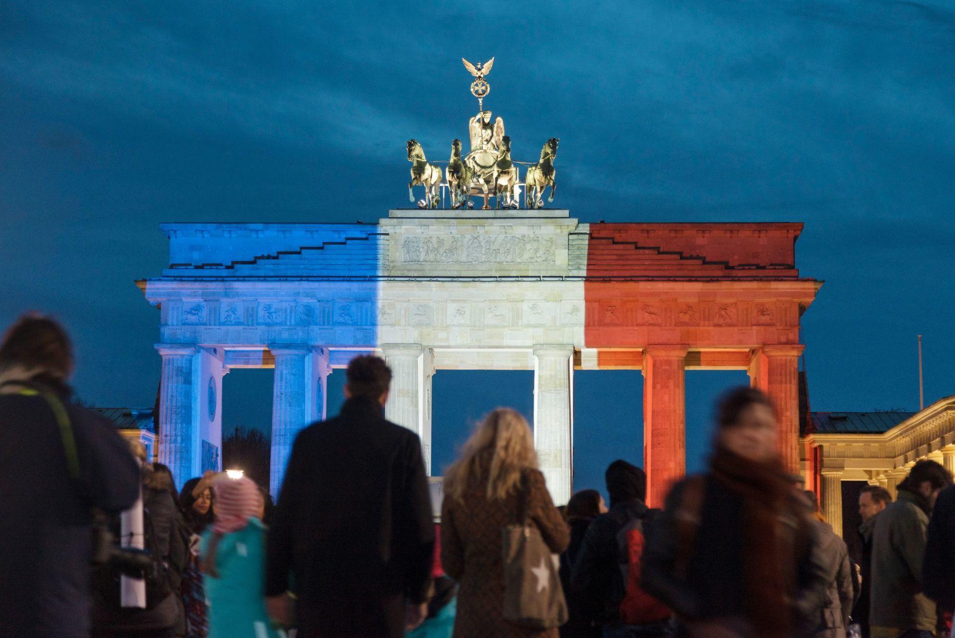Fotografie von Pierre Adenis. Brandenburger Tor mit Tricolore-Beleuchtung. Rückblende 2015. Der deutsche Preis für politische Fotografie und Karikatur