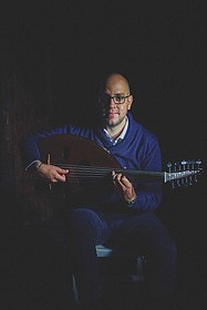 Porträtfoto des Musikers Thabet Azzawi mit Oud