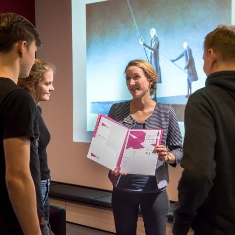 Gruppe mit Materialmappe '40 Jahre DDR' in der Dauerausstellung in Leipzig