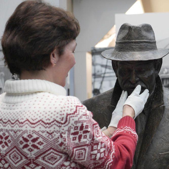 Eine blinde Frau ertastet eine Skulptur im Haus der Geschichte