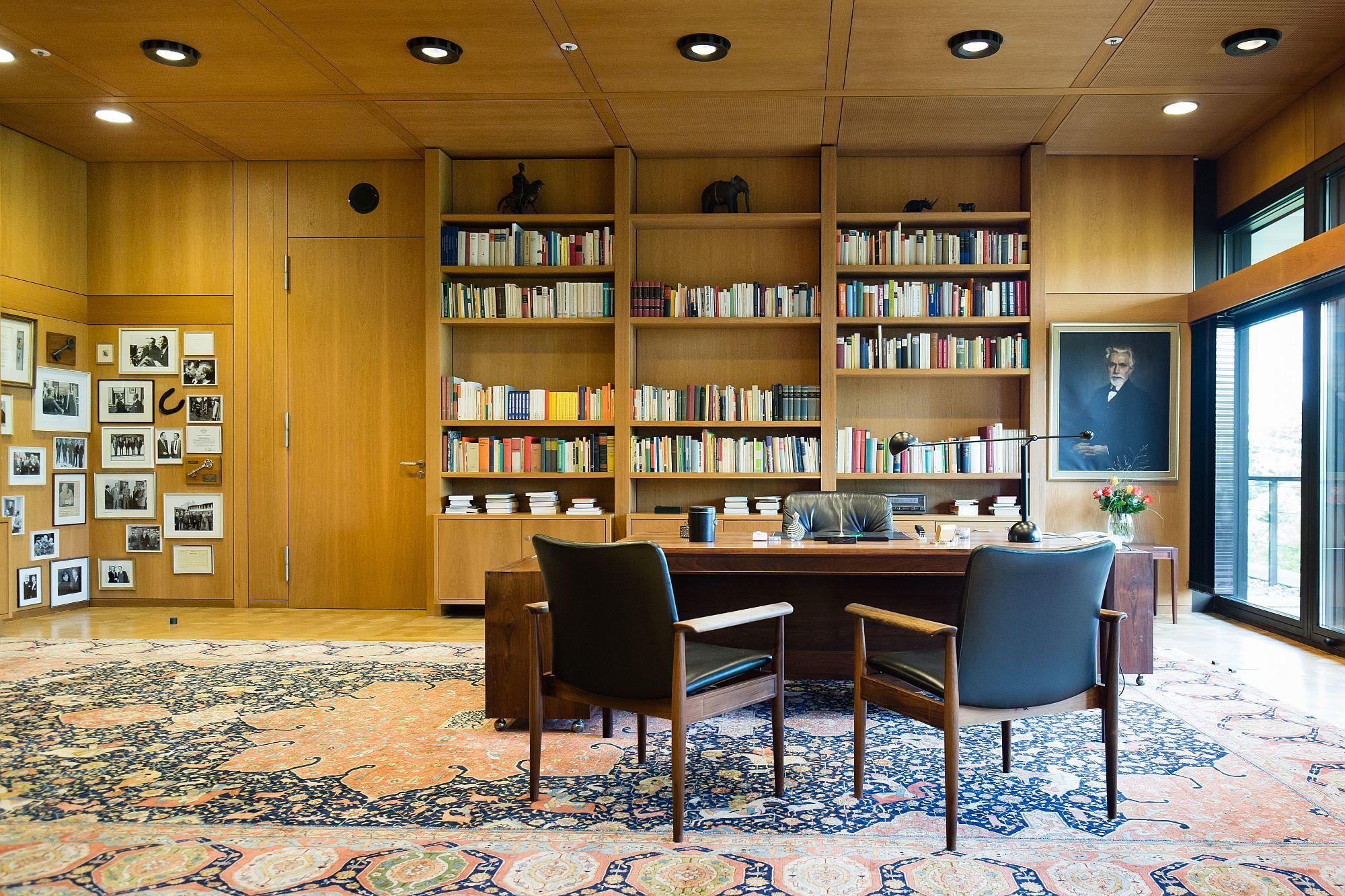 Blick auf den Schreibtisch im ehemaligen Kanzlerzimmer in Bonn
