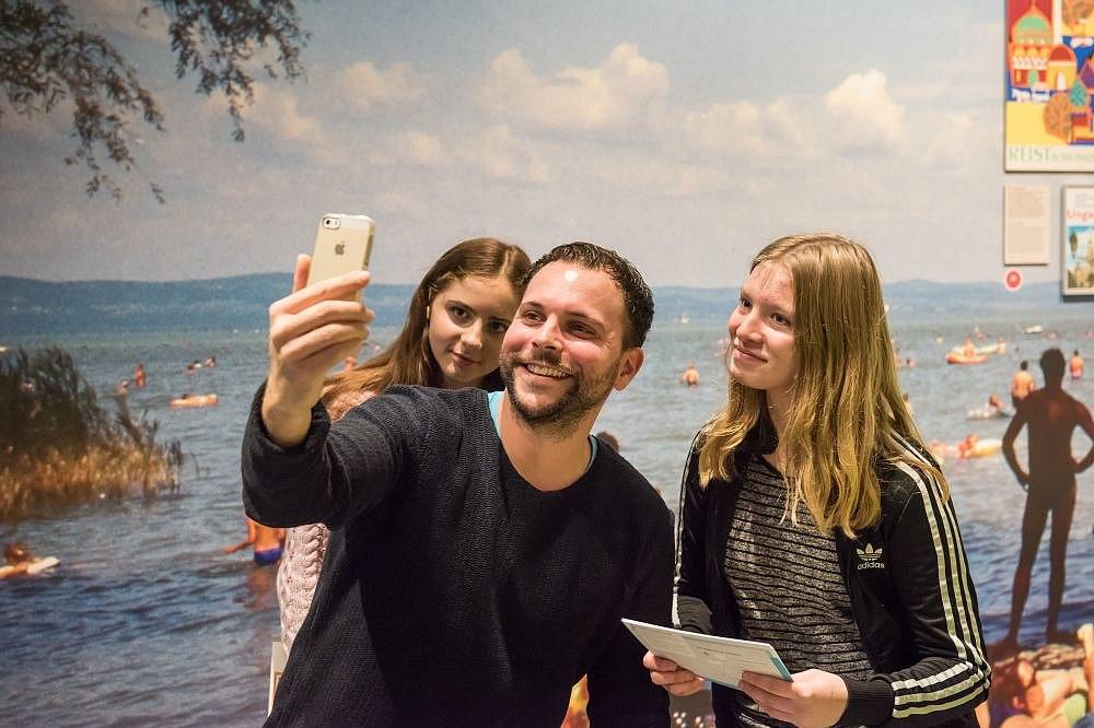 Besucher machen ein Selfie in der Dauerausstellung in Berlin
