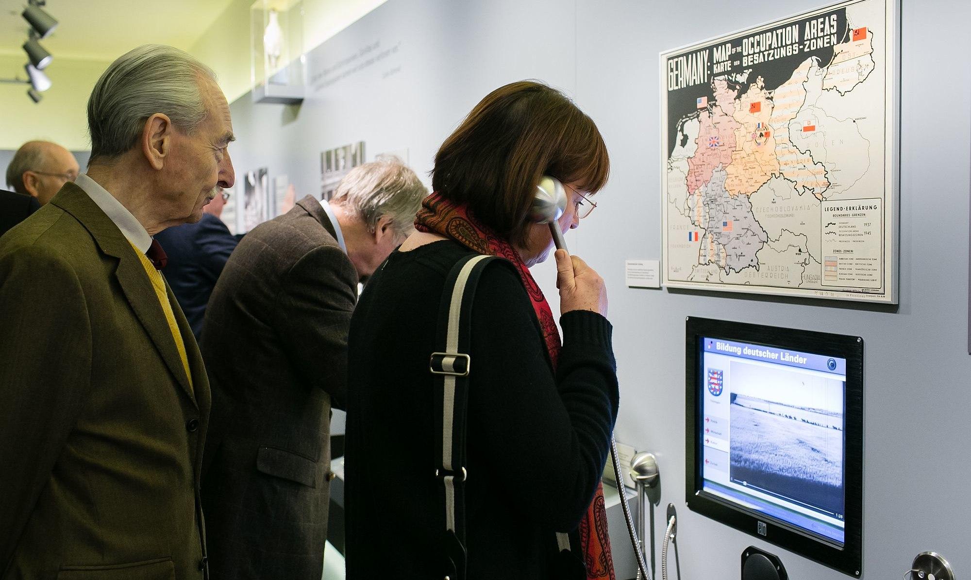 Visitors in the exhibition in the Bundesrat Bonn
