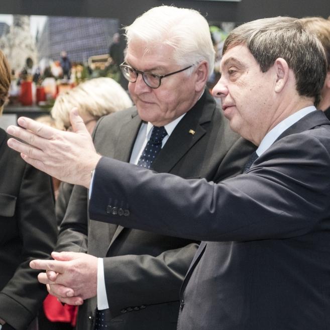 Stiftungspräsident Hans Walter Hütter, Bundespräsident Frank-Walter Steinmeier und Ehefrau Elke Büdenbender bei der Wiedereröffnung.