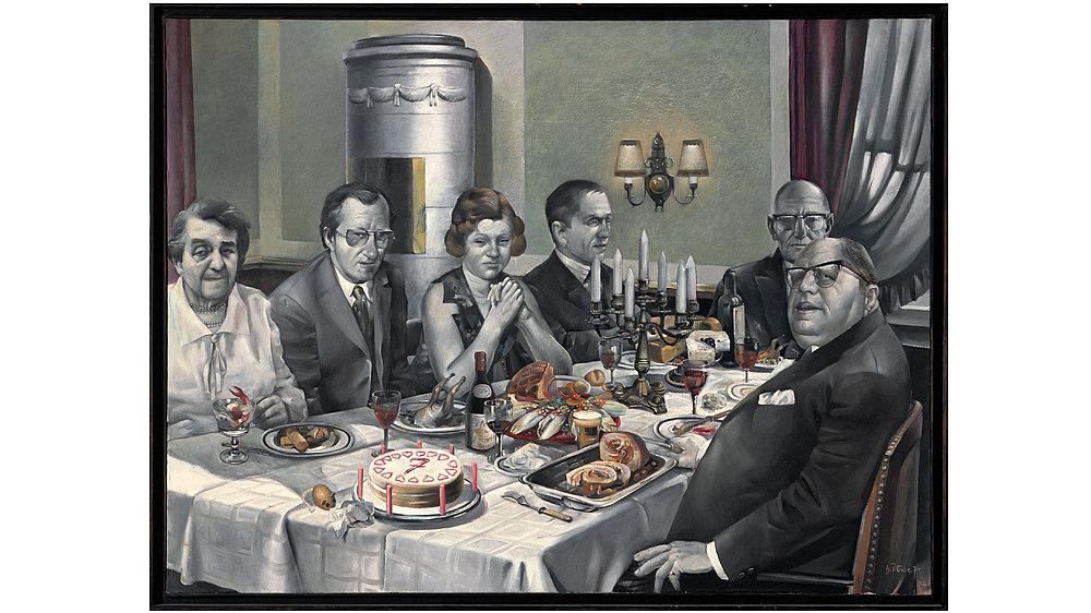 Öl auf Leinwand, gerahmt. Motiv: An einem gedeckten Tisch versammelte Familie (6 Erwachsene), die Gesichter dem Betrachter zugewandt. Im Vordergrund steht ein Geburtstagstorte mit einer '7' auf dem Tisch.