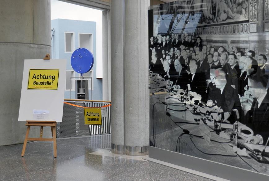Baustellen-Schilder in der Ausstellung