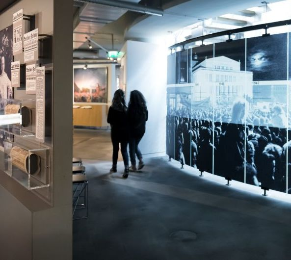 Besucher vor einer Fotowand in der Dauerausstellung in Leipzig