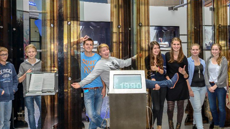 Die Jugendlichen der TeenGroup im Haus der Geschichte Bonn präsentieren ihre Smartphone Games für die Dauerausstellung.