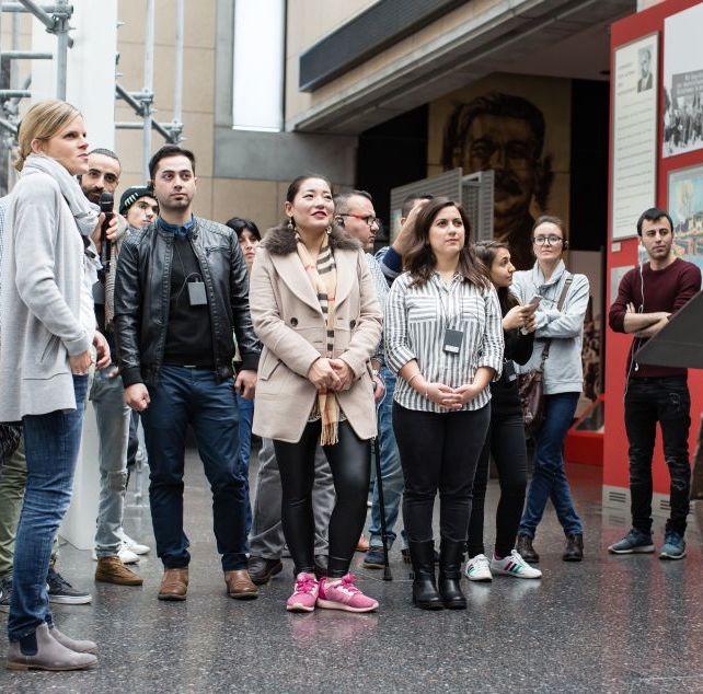 Eine Gruppe betrachtet den Panzer in der Dauerausstellung in Bonn