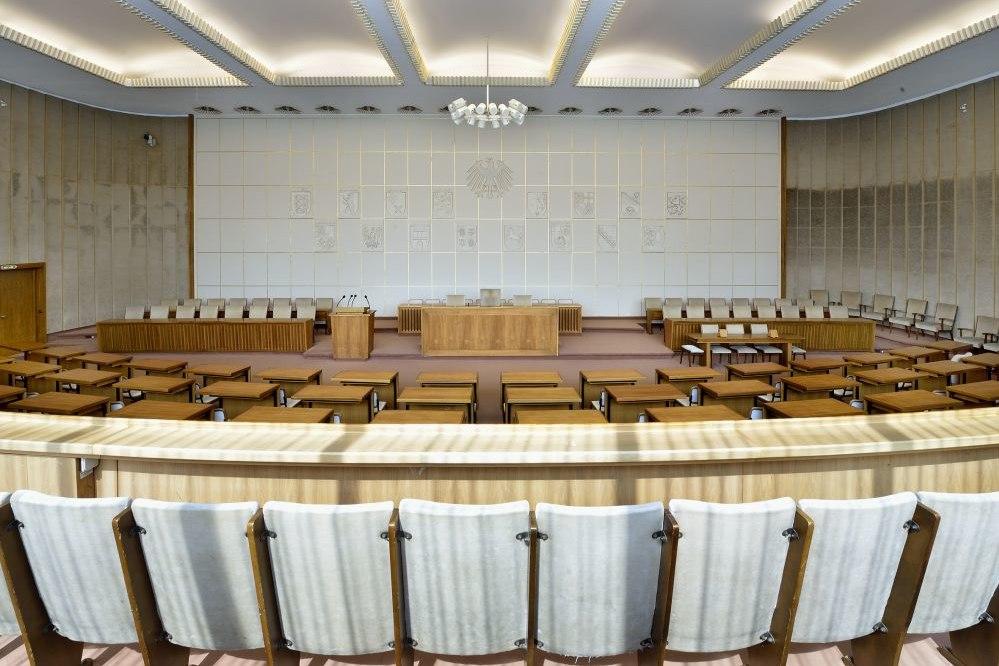 Blick auf das Rednerpult im Plenarsaal im Bundesrat