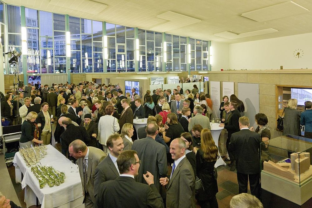 Many visitors take a look at the new permanent exhibition in Tränenpalast 2011.