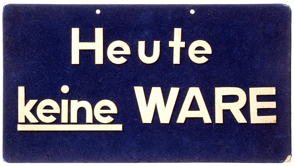 Weiße Schrift auf blauem Grund: 'Heute / keine Ware', 'keine' unterstrichen. Oben zwei Löcher zum Aufhängen des Schildes.