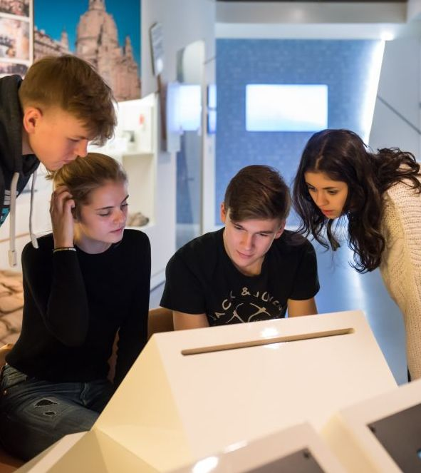 Jugendliche betrachten gemeinsam einen Monitor