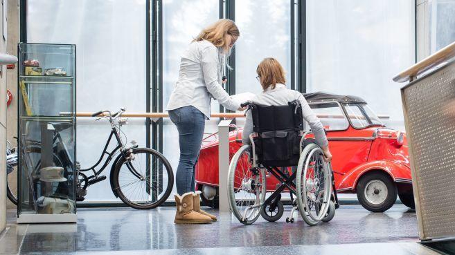 Rollstuhlfahrerin in der Dauerausstellung