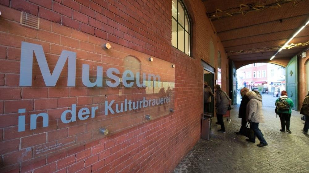 Schild 'Museum in der Kulturbrauerei' neben dem Haupteingang