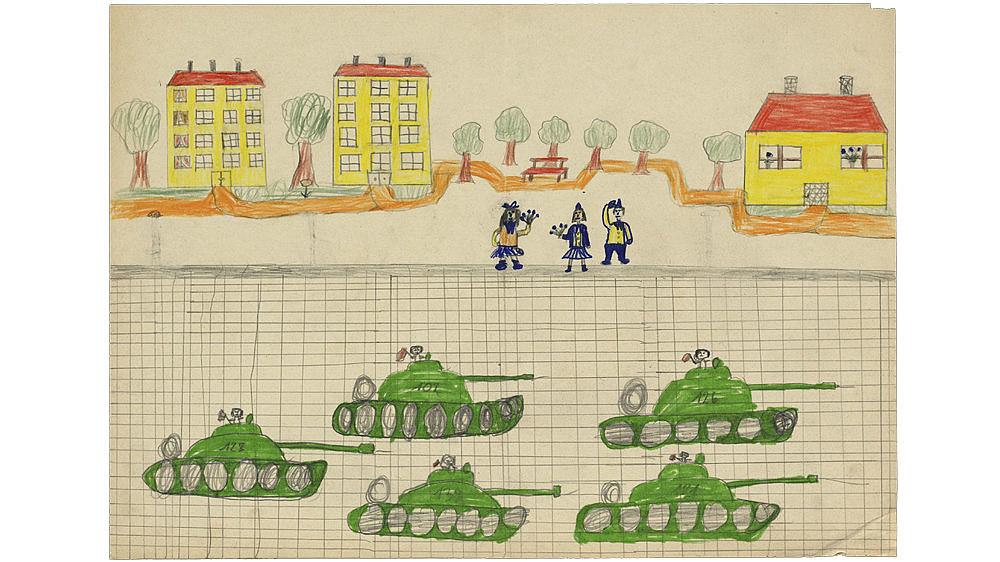 Kinderzeichnung mit Filz- und Buntstiften einer Panzerparade mit Häusern und winkenden Personen im Hintergrund.