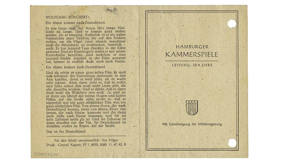Braunes Theaterprogramm aus dem Jahr 1947 der Hamburger Kammerspiele für das Stück 'Draußen vor der Tür' von Wolfgang Borchert.