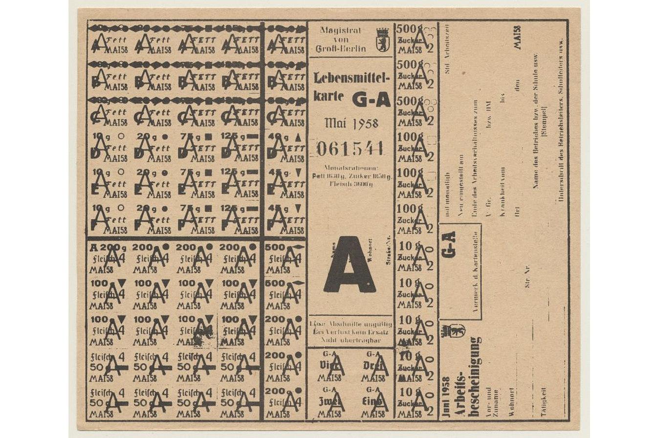 Lebensmittelkarte mit dem Aufdruck 'Magistrat von Groß Berlin Lebensmittelkarte G-A Mai 1958' und Aufdruck der einzelnen Lebensmittel mit jeweiliger Mengenangabe
