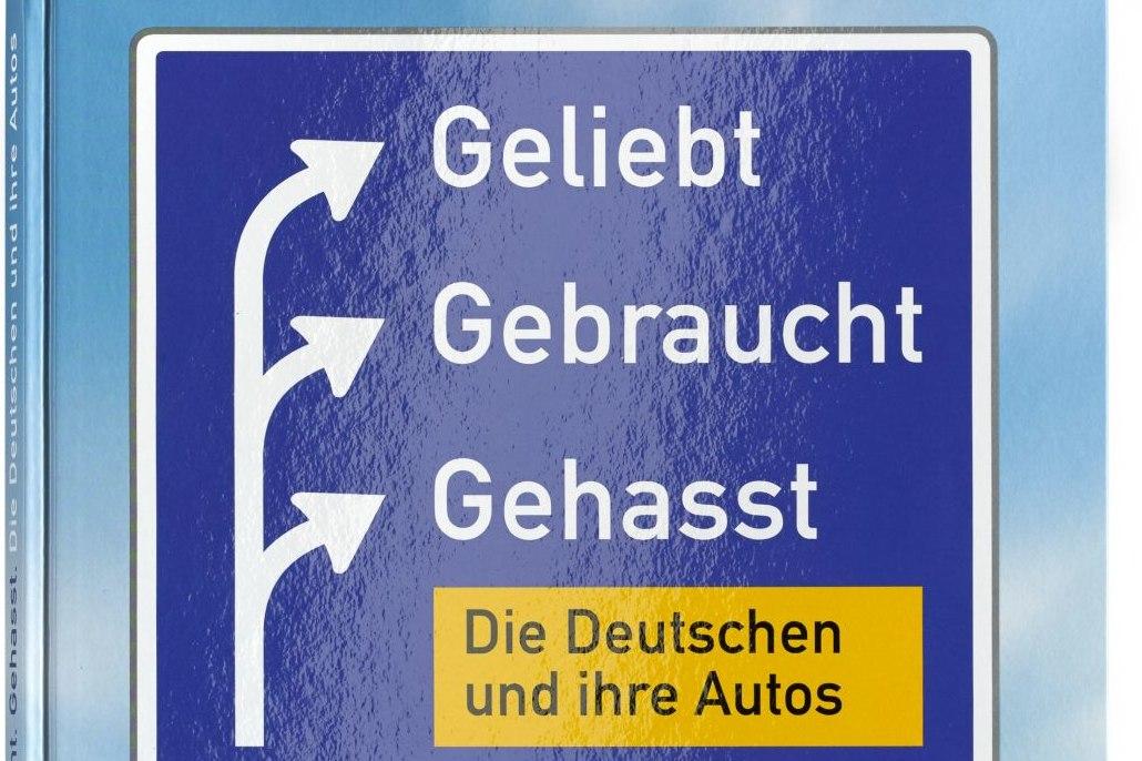Buchcover mit einem großen Autobahnschild über einer angedeuteten Straße, auf dem neben drei Abbieger-Pfeilen die Worte Geliebt Gebraucht gehasst stehen sowie darunter der Untertitel.